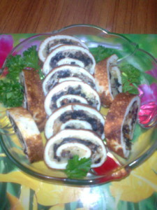 Яичный рулет с сыром и грибами. Рецепт Нины Столбовой